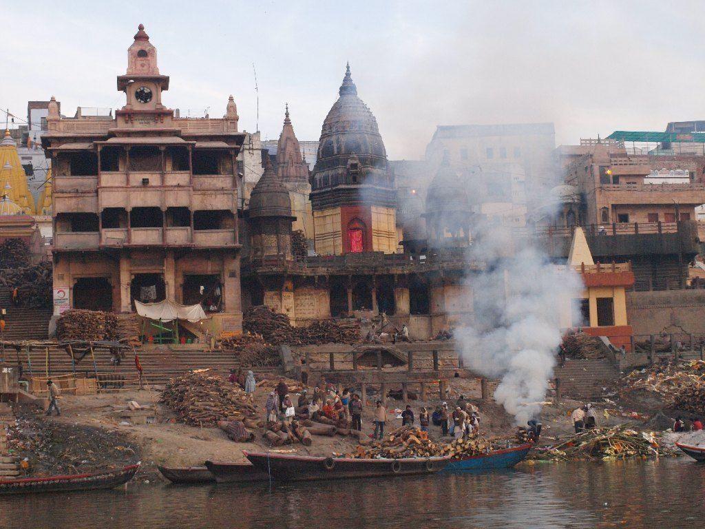 ritual de cremación en el río Ganges