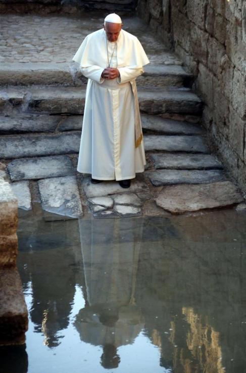 el papa en el rio jordan